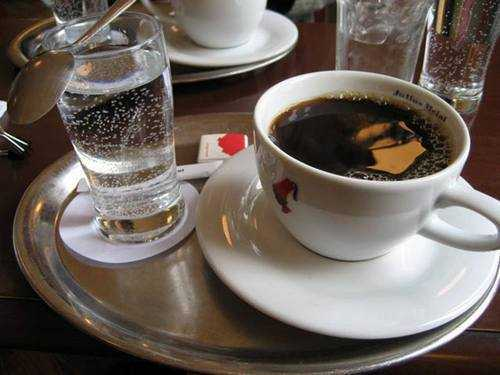Почему кофе нужно запивать холодной водой