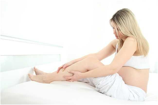 беременная массажирует ногу