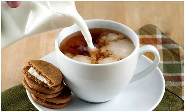 чай с молоком и печеньем