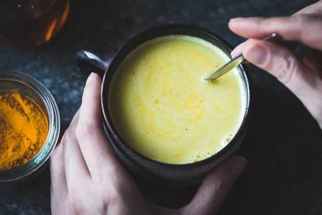 чай с молоком имбирем и куркумой