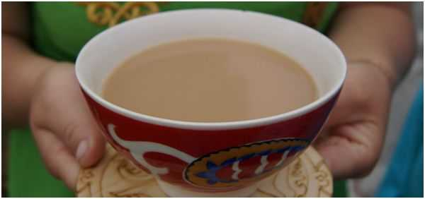 чай с молоком в чашке с узором