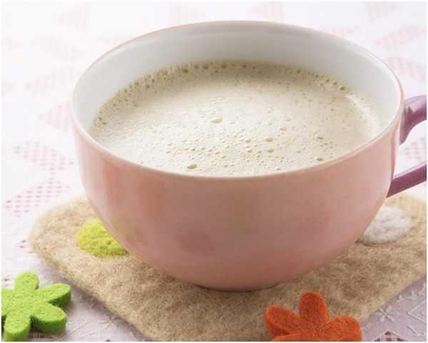 чай с молоком в розовой чашке