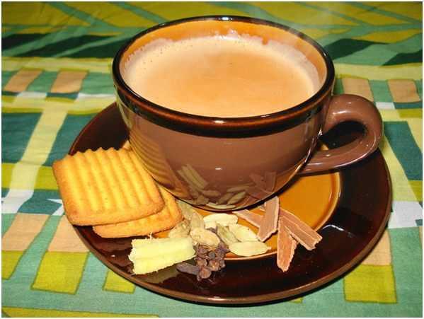 чай с печеньем и специями на блюдце