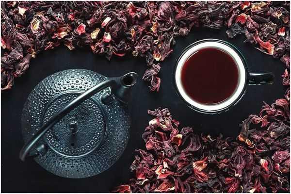 чайник и чашка с каркаде