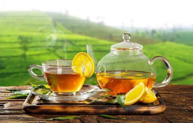 чашка горячего чая и чайник