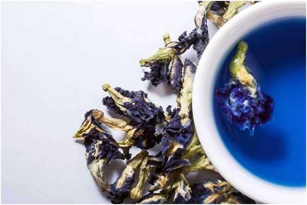 чашка и синий чай
