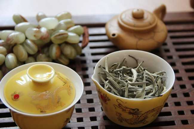чашка с листьями белого чая