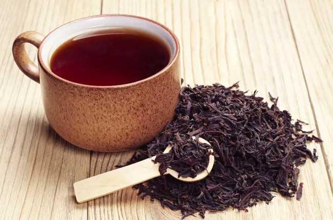 черный листовой чай в кружке