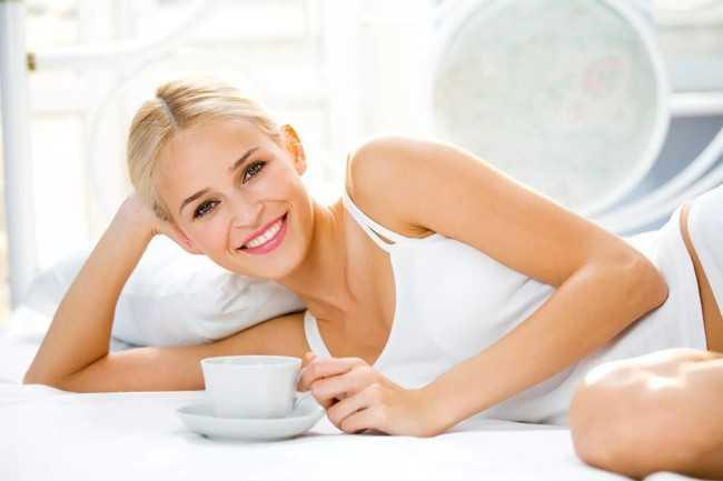 девушка лежа пьет чай