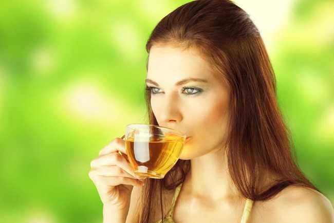 девушка пьет чай на солнце
