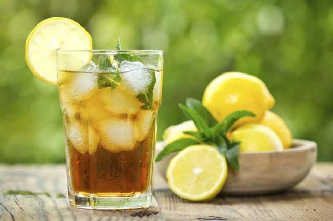 холодный зеленый чай в стакане