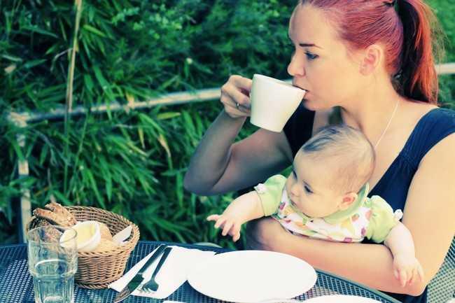мама пьет чай с душицей
