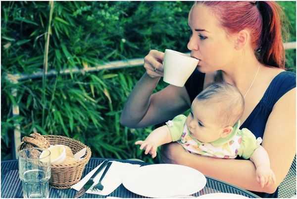 мама с малышом пьет чай