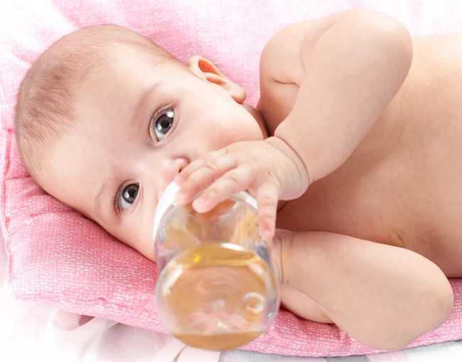 младенец пьет чай