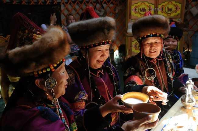 монголки пьют чай
