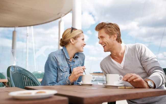 мужчина и женщина пьют чай хельба