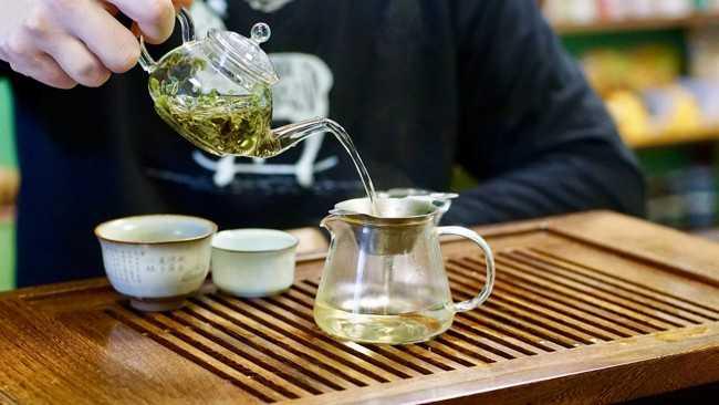 наливают чай бай му дань