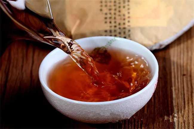 наливают в чашку чай