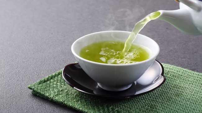 наливают зеленый чай