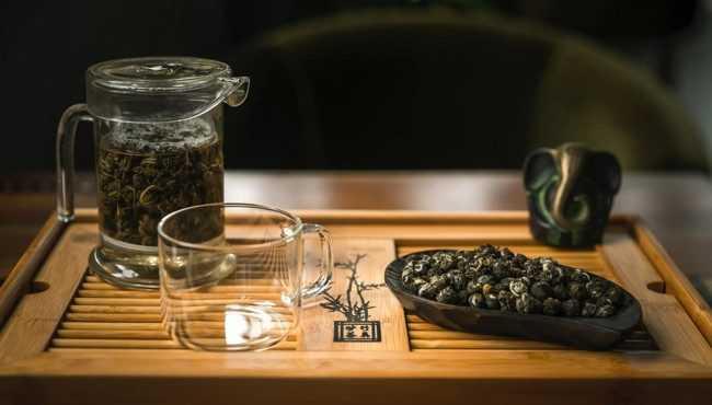 настаивается чай в заварнике