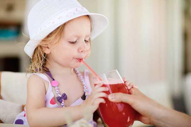 ребенок пьет морс