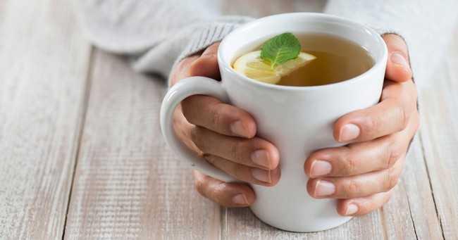 руки держат чашку с чаем