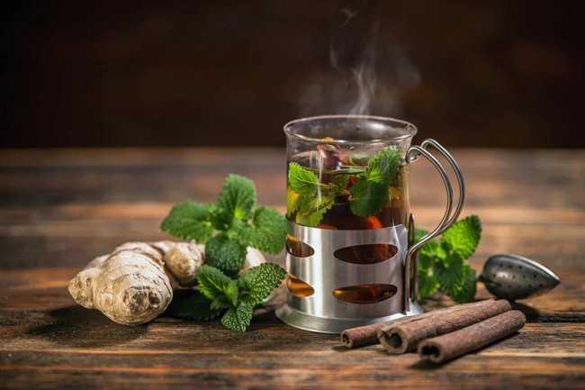 стакан имбирного чая с мятой