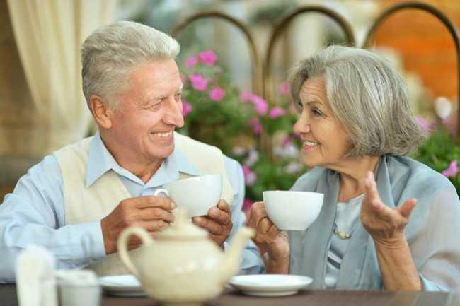 старики пьют чай