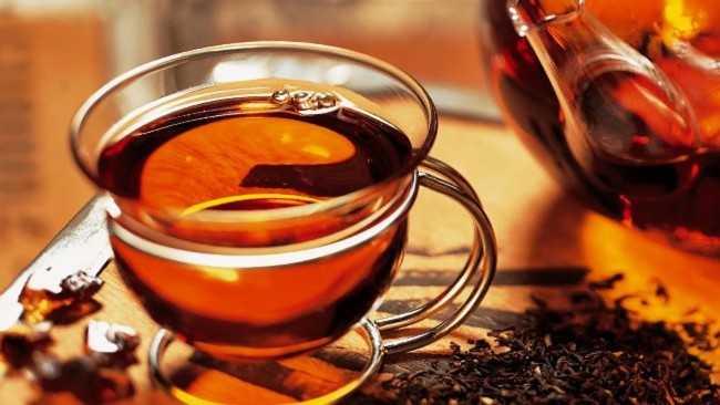 стеклянная кружка чая черного