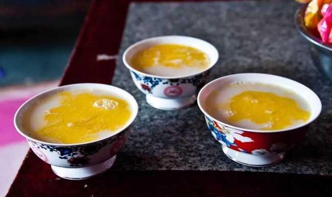 три пиалы с монгольским чаем