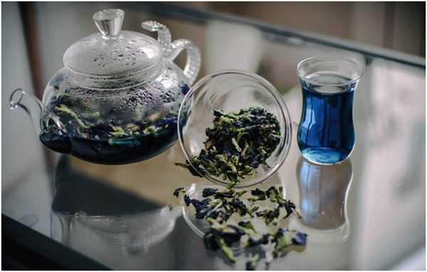 заваренный синий чай