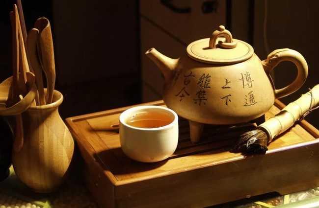 заварник и чашка с китайским чаем