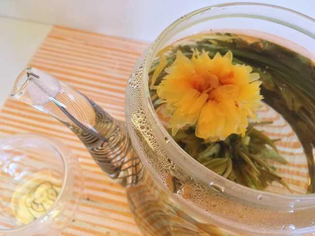 желтый цветок в чайнике