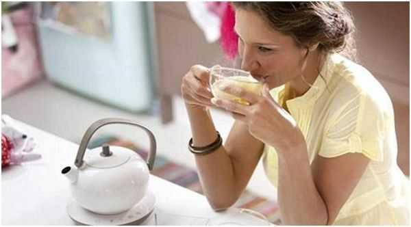 женщина пьющая чай