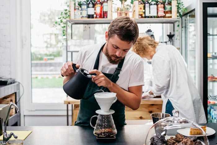 бариста варит кофе