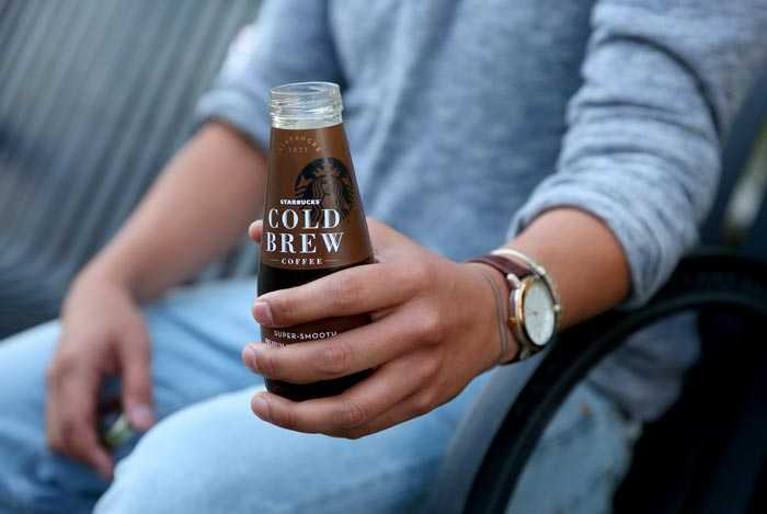 мужчина пьет холодный кофе