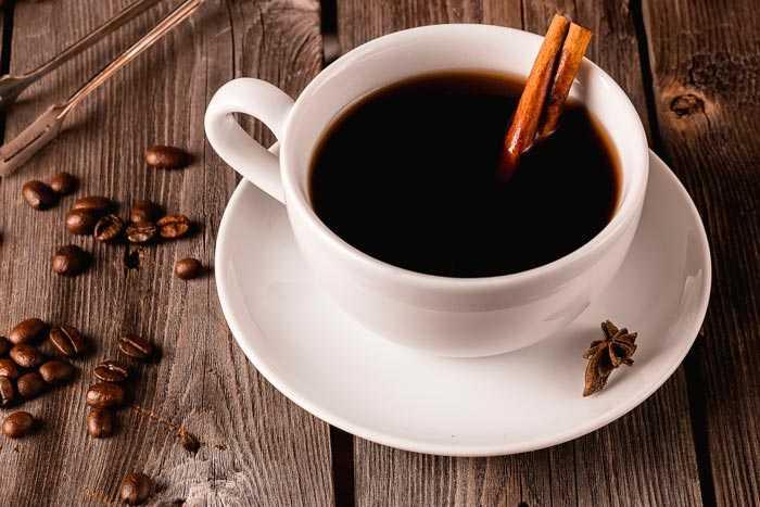 корица в чашке с кофе