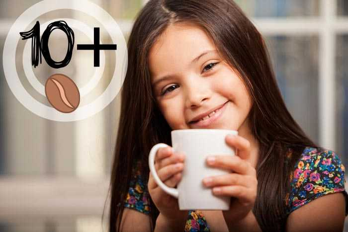 девочка держит стакан