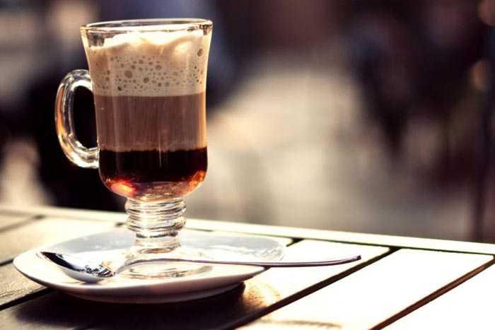 кофе в высоком бокале