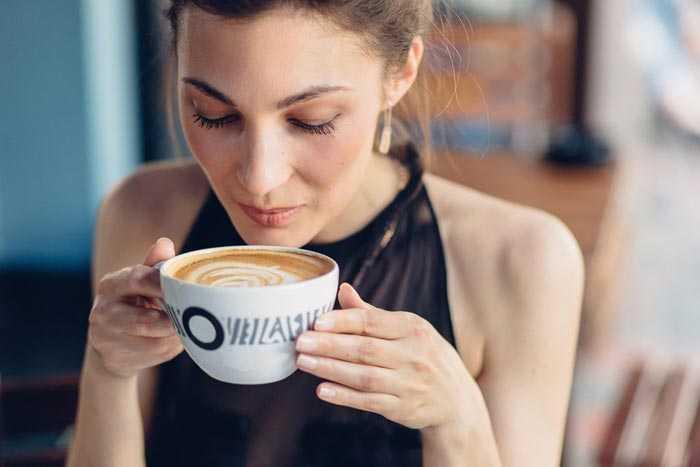 пьет кофе со сливками