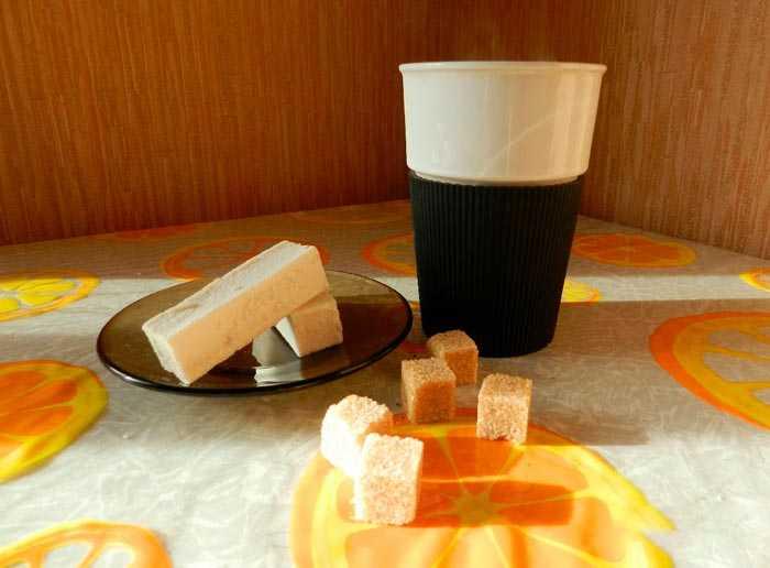 кофе с чесноком в чашке