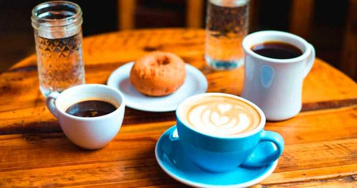 чашки с кофе на столе