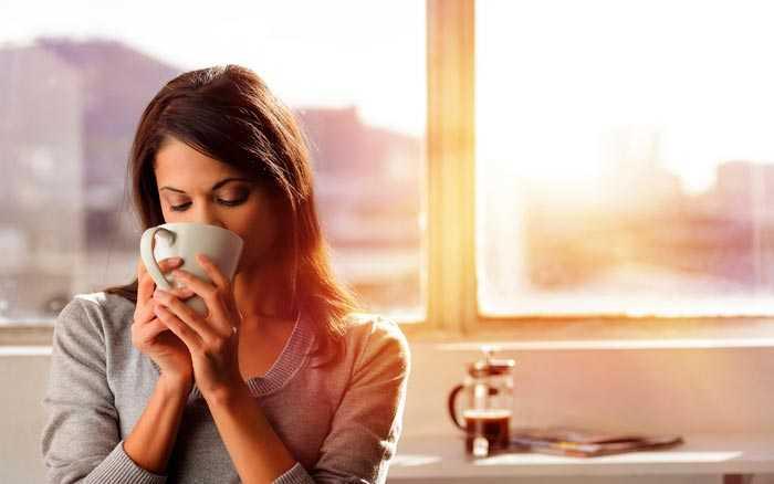 пьет кофе утром