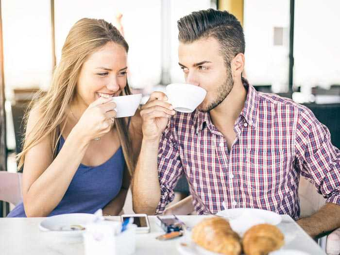пара пьет кофе