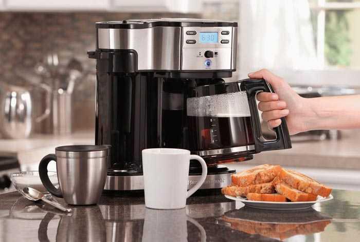 варит кофе в кофеварке