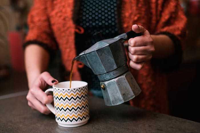 наливает кофе