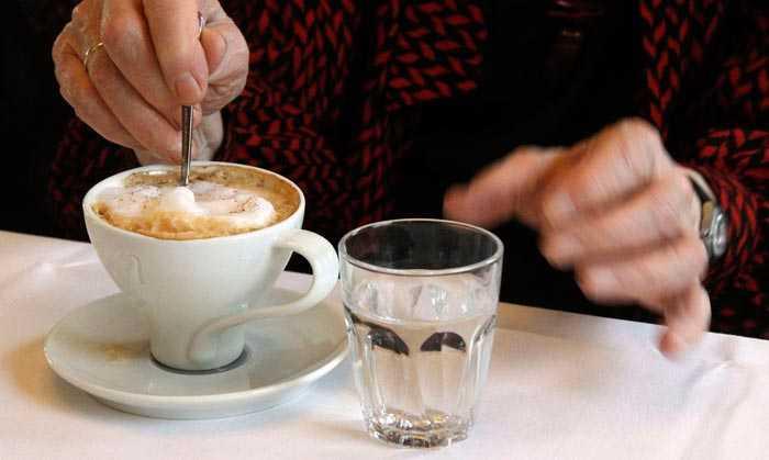 пьет кофе с водой
